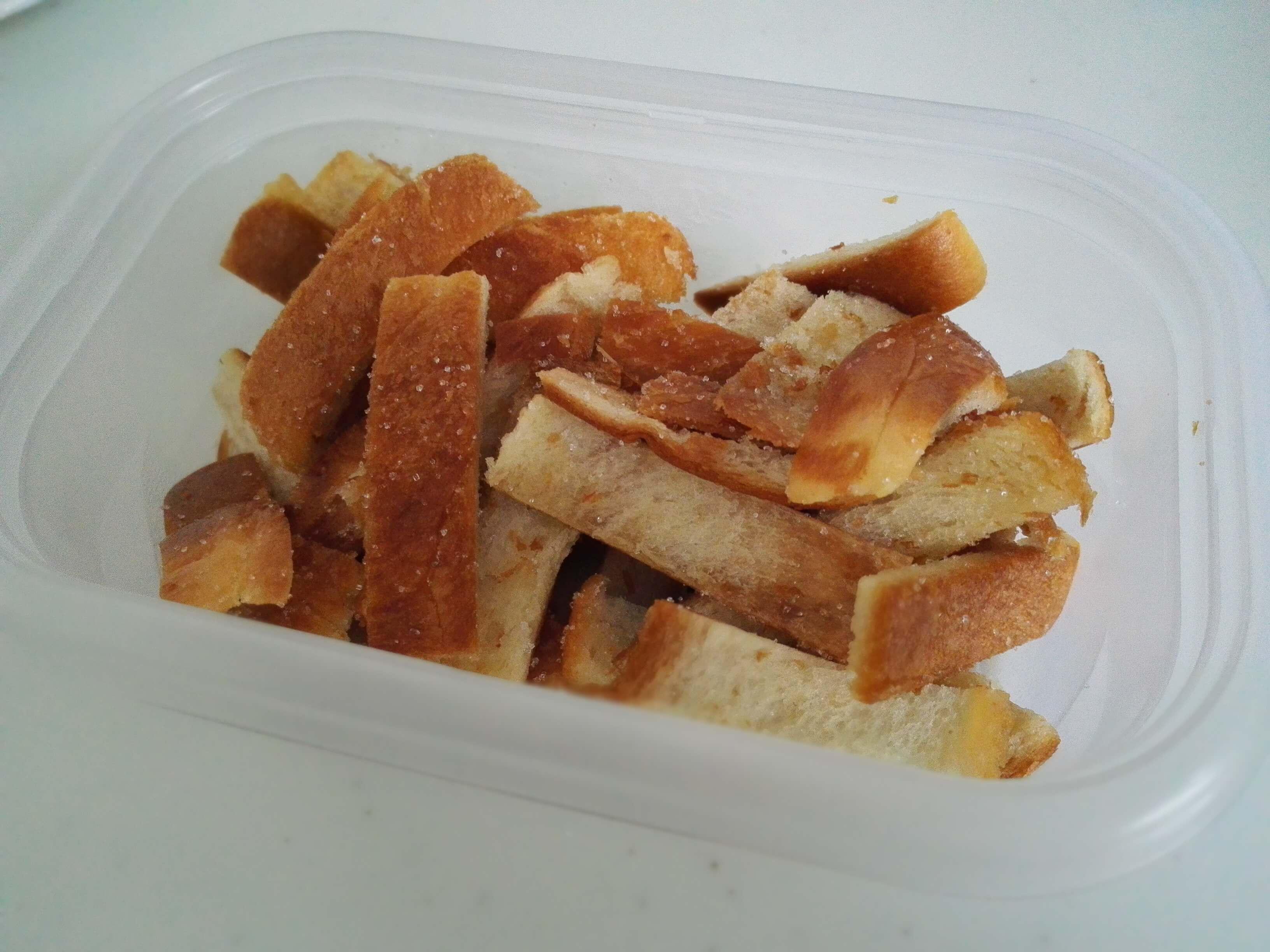【お菓子】フライパンで焼くだけ!パンの耳でラスクを作りました。